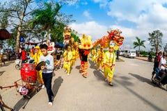 TEMPLO de TRAN, NAMDINH, VIETNAM - 24 de febrero de 2015 - una procesión tradicional con danza del dragón la gente local Imagen de archivo