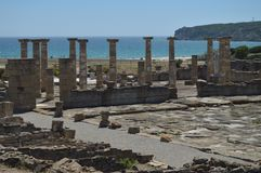 Templo de Triada Capitolina en Roman City Baelo Claudia Dating en el siglo II A.C. Foto com?n, imagen e imagen libre de los derec fotografía de archivo