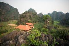 Templo de Vietnam en la montaña en la provincia de Ninh Binh Imágenes de archivo libres de regalías