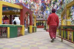 Templo de Walking In Mahakal del monje budista fotos de archivo