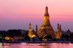 Templo de Wat Arun durante puesta del sol en Bangkok Foto de archivo libre de regalías