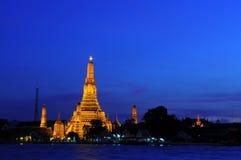 Templo de Wat Arun en puesta del sol Imágenes de archivo libres de regalías