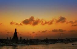 Templo de Wat Arun no lado do rio imagens de stock