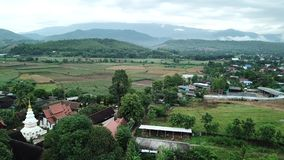 Templo de Wat Buddha-En de la visión aérea en Mae Chaem Chiangmai, Tailandia almacen de video