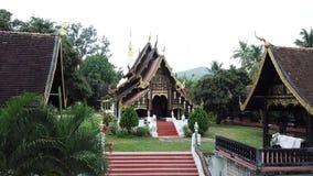 Templo de Wat Buddha-En de la visión aérea en Mae Chaem Chiangmai, Tailandia metrajes
