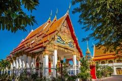Templo de Wat Mongkol Nimit en la ciudad de Phuket Fotos de archivo libres de regalías