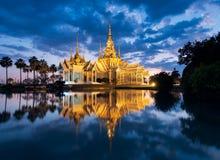 Templo de Wat Non Kum o no de Kum en el lugar crepuscular, famoso de Nakhon Ratchasima, Tailandia imagen de archivo libre de regalías
