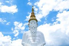 Templo de Wat Phra That Pha Son Kaew, cinco branco buddha a maioria de área de turista famosa em Phetchabun Fotografia de Stock