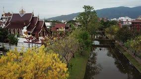 Templo de Wat Raja Montean de la visión aérea en Chiang Mai, Tailandia almacen de metraje de vídeo
