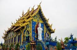 Templo de Wat Rong Suea Ten Blue em Chiang Rai, Tailândia imagem de stock royalty free