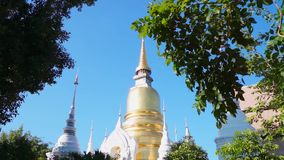 Templo de Wat Suan Dok Famous en Chiang Mai Thailand con artes del ángulo almacen de video