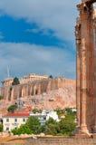 Templo de Zeus olímpico y de la acrópolis con Parthenon Fotos de archivo