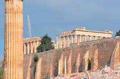 Templo de Zeus olímpico y de la acrópolis con Parthenon Foto de archivo libre de regalías