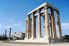 Templo de Zeus olímpico y la acrópolis en Atenas, Grecia foto de archivo