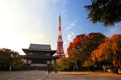 Templo de Zojoji y torre de Tokio fotos de archivo