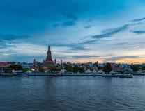 Templo del arun de Wat en el crepúsculo Imagenes de archivo