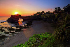 Templo del bolong de Batu en la porción Bali del tanah con puesta del sol hermosa Imagenes de archivo