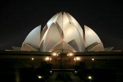 Templo del loto de Bahai en la noche en Delhi imágenes de archivo libres de regalías