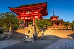 templo del Otowa-san Kiyomizu-dera por la tarde Imagenes de archivo