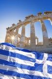 Templo del Parthenon con la bandera griega en la acrópolis ateniense, Grecia Imagenes de archivo
