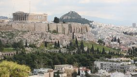 Templo del Parthenon en la colina de la acrópolis de Atenas almacen de video