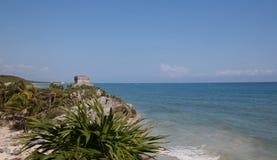 Templo del viento en las ruinas mayas de Tulum que pasan por alto la costa costa del Caribe al sur de Playa Del Carmen y de Cancu Foto de archivo libre de regalías
