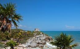 Templo del viento en las ruinas mayas de Tulum que pasan por alto la costa costa del Caribe al sur de Playa Del Carmen y de Cancu Imágenes de archivo libres de regalías