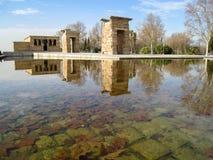 Templo do debod do dia com reflexão na água fotografia de stock
