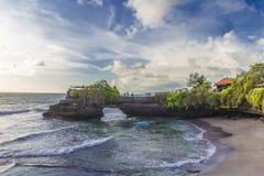 Templo do lote de Tanah no por do sol em Bali, Indonésia Foto de Stock Royalty Free