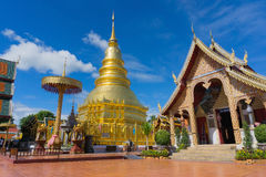 Templo do público de Wat Phra Thad Hariphunchai imagens de stock