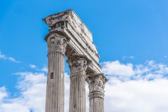 Templo do rod?zio e do Pollux, italiano: Dei Dioscuri de Tempio Ru?nas antigas de Roman Forum, Roma, It?lia Vista detalhada imagem de stock royalty free
