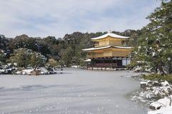 Templo do zen durante o inverno e o tempo da neve no conceito de japão Foto de Stock