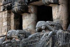 Templo dos jaguares com as cabeças cinzeladas de Kukulcan Imagens de Stock Royalty Free