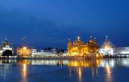 Templo dourado Amritsar, Índia na noite fotografia de stock