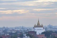 Templo dourado da montagem com por do sol em Banguecoque no crepúsculo Wat Saket, Tailândia Imagem de Stock