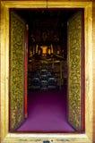 Templo dourado da porta do quadro em nan Tailândia Fotos de Stock Royalty Free