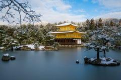 Templo dourado do pavilhão de Kinkakuji com neve Fotografia de Stock Royalty Free