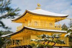 Templo dourado do pavilhão de Kinkakuji com neve Fotografia de Stock