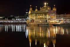 Templo dourado do sikh de Amritsar na noite imagem de stock