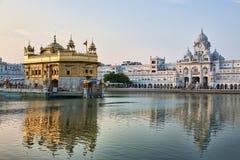 Templo dourado do sikh de Amritsar no nascer do sol fotografia de stock
