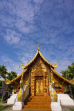 Templo dourado e céu azul fotografia de stock royalty free