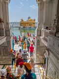 Templo dourado entrando do corredor em Amritsar Foto de Stock