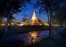 Templo dourado no céu noturno em Tailândia Fotografia de Stock