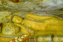 Templo e estátuas dourados da caverna de um Dambulla de 12 séculos Imagens de Stock Royalty Free