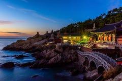 Templo e nascer do sol na cidade de Busan em Coreia do Sul foto de stock royalty free