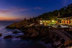 Templo e nascer do sol na cidade de Busan em Coreia do Sul fotografia de stock