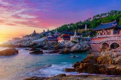Templo e nascer do sol na cidade de Busan em Coreia do Sul foto de stock