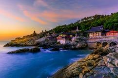 Templo e nascer do sol na cidade de Busan em Coreia do Sul imagem de stock