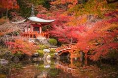 Templo em árvores de bordo, estação de Daigoji do momiji, Kyoto, Japão Imagem de Stock