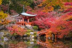 Templo em árvores de bordo, estação de Daigoji do momiji, Kyoto, Japão Imagens de Stock
